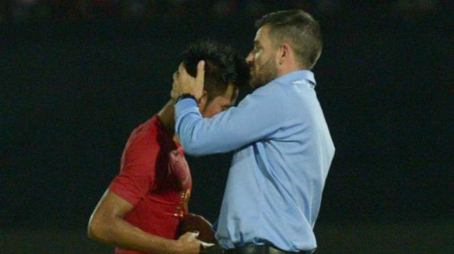 Pelatih Timnas Indonesia, Simon McMenemy (kanan).