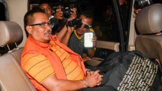 Bupati Indramayu Supendi menaiki kendaraan usai menjalani pemeriksaan di gedung KPK Jakarta, Rabu (16/10/2019).