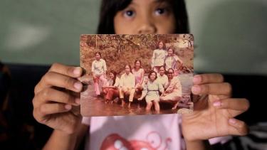 https://thumb.viva.co.id/media/frontend/thumbs3/2019/10/16/5da677e339619-dosa-turunan-dicap-pki-keluarga-penyintas-65-masih-mengalami-diskriminasi-jangan-bedakan-kami_375_211.jpg