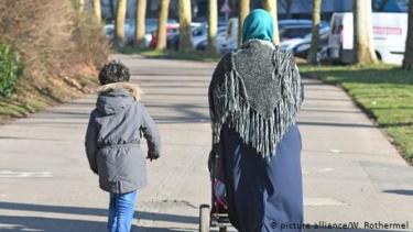https://thumb.viva.co.id/media/frontend/thumbs3/2019/10/16/5da68ec6e34ec-pengusiran-ibu-berhijab-yang-mengantar-anak-wisata-sekolah-tuai-kontroversi_375_211.jpg