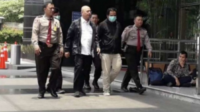 Tim KPK membawa Wali Kota Medan Dzulmi Eldin ke kantor KPK