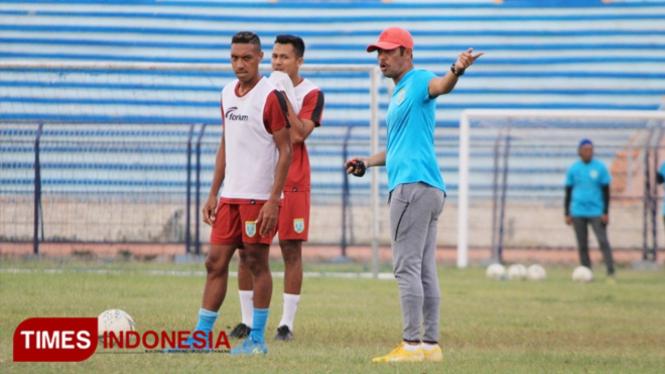 Pelatih Persela Lamongan, Nil Maizar memberikan arahan kepada pemainnya dalam sesi latihan di Stadion Surajaya, Rabu (16/20/2019). (FOTO: MFA Rohmatillah/TIMES Indonesia)