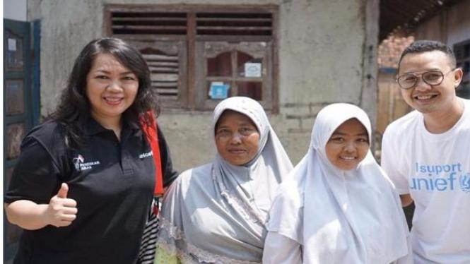 Mery, donatur UNICEF, saat berkunjung ke Brebes, Jawa Tengah, bertemu dengan Widi dan ibunya, didampingi seorang fund raiser UNICEF
