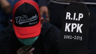 Anggota Wadah Pegawai KPK membawa nisan bertuliskan RIP KPK saat melakukan aksi di gedung KPK Jakarta, Selasa (17/09). - ANTARA FOTO/Wahyu Putro A