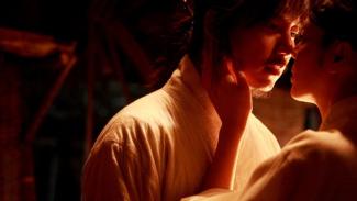https://thumb.viva.co.id/media/frontend/thumbs3/2019/10/17/5da8414f1a28a-4-film-korea-paling-hot-banyak-adegan-panasnya_325_183.jpg