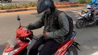 Seorang pengendara motor di Depok memperlihatkan kelaminnya di depan umum.
