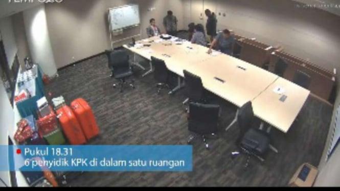 Rekaman CCTV Detik-detik perusakan barang bukti buku merah