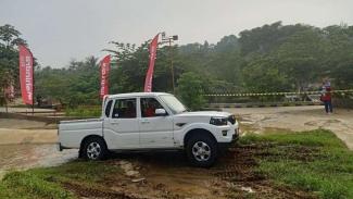 Mobil Mahindra Scorpio Pikup diuji jalan di trek offroad