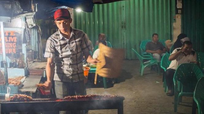 Pedagang kaki lima harus mensertifikasi halal makanan dan minuman yang mereka jajakan di bawah praturan baru tentang Jaminan Produk Halal - Leisa Tyler/LightRocket via Getty Images