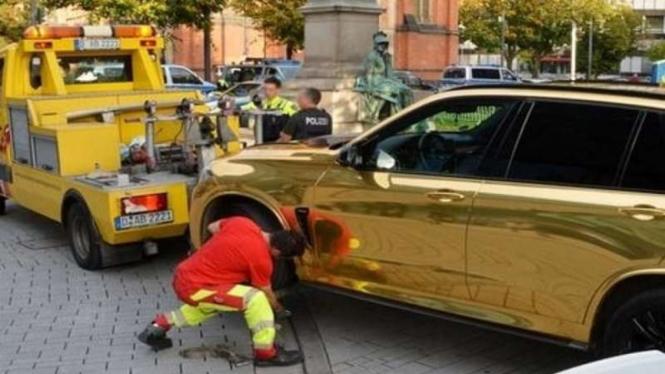 Mobil BMW berlapis stiker emas ditilang Polisi