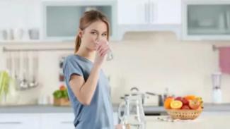 Meskipun mengkonsumsi air putih sangat dianjurkan untuk kesehatan, konsumsi air putih lebih banyak daripada jumlah yang dapat dikeluarkan oleh tubuh dapat memicu kondisi yang disebut hiponatremia.
