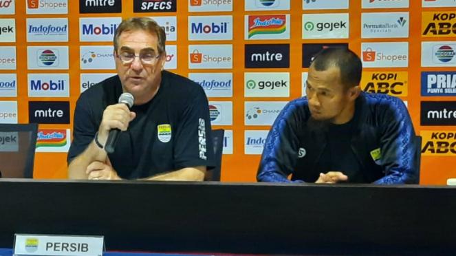 Pelatih Persib Bandung, Robert Alberts bersama kapten tim, Supardi Nasir
