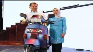 Foto JK dan Mufidah JK bersama motor Vespa