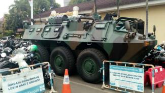 Kendaraan perang TNI berjaga di perbatasan Jakarta