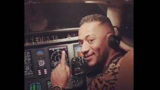 Penyanyi Mesir Mohamed Ramadan mengunggah video dirinya di kokpit pilot ke akun media sosial, membuat sang pilot mendapat sanksi larangan terbang seumur hidup. - Mohamed Ramadan / Twitter