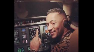 https://thumb.viva.co.id/media/frontend/thumbs3/2019/10/19/5daacd45a90b1-pilot-dilarang-terbang-seumur-hidup-karena-izinkan-penyanyi-masuk-kokpit-dan-kemudikan-pesawat_375_211.jpg