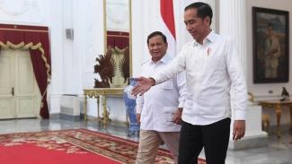 Presiden Joko Widodo berjalan bersama Ketua Umum Partai Gerindra Prabowo Subianto (kiri) usai melakukan pertemuan di Istana Merdeka, Jakarta, Jumat (11/10). - Akbar Nugroho Gumay/ANTARA FOTO