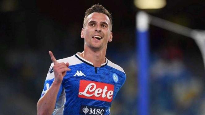 Penyerang Napoli, Arkadiusz Milik, melakukan selebrasi usai mencetak gol