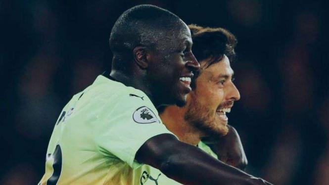 Gelandang Manchester City, David Silva (kanan), merayakan gol