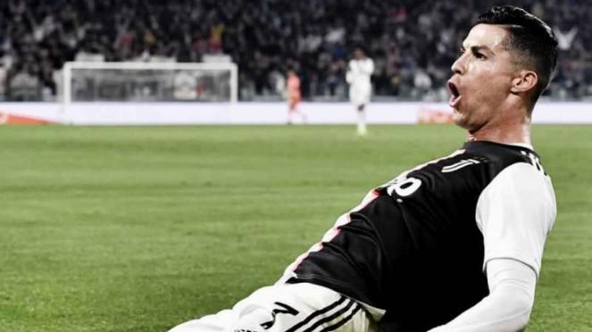 Megabintang Juventus, Cristiano Ronaldo, melakukan selebrasi