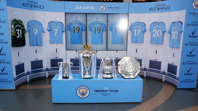 Manchester City Pamer Trophy di Jakarta