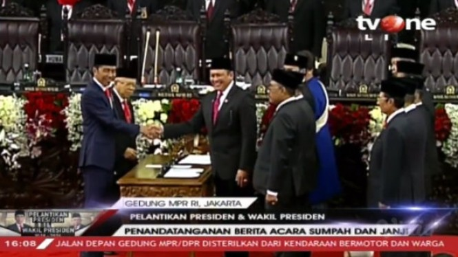 Joko Widodo dan Maruf Amin resmi menjadi Presiden dan Wakil Presiden.