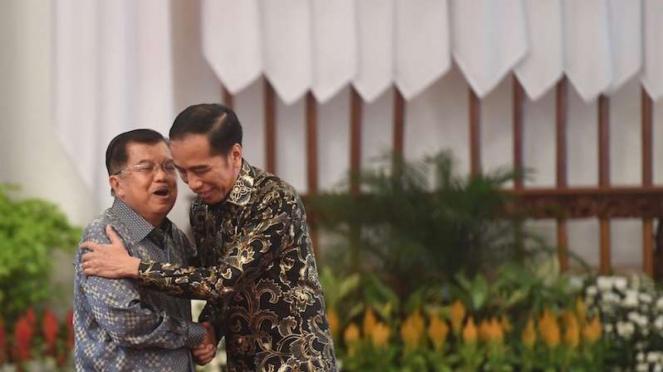 Presiden Joko Widodo (kanan) berpelukan dengan Wakil Presiden Jusuf Kalla (kiri) dalam acara silaturahmi kabinet kerja di Istana Negara, Jakarta, Jumat (18/10/2019).