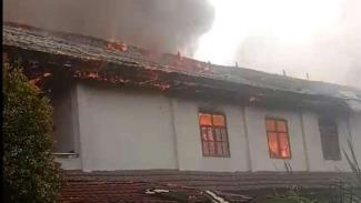 Sebuah bangunan asrama mahasiswa asal Papua di Kota Tomohon, Sulawesi Utara, dilaporkan kebakaran pada Minggu, 20 Oktober 2019.