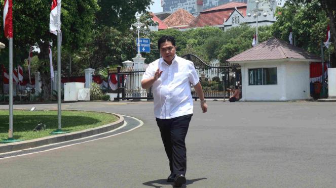 Erick Thohir juga datangi Istana dengan pakai kemeja putih.
