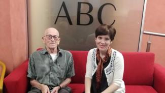 Allan Owen (kiri) ditemani oleh Jane Ahlstrand diwawancarai oleh Radio ABC New England North West baru-baru ini di Armadale.