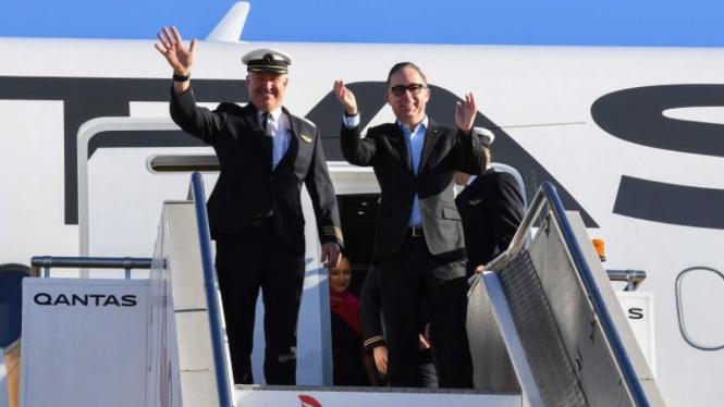 Direktur Eksekutif Qantas Alan Joyce (kanan) dan pilot Sean Goldingsetibanya di Sydney dari New York.