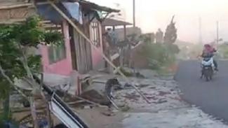 Angin kencang menerjang permukiman warga di dua kecamatan di Kabupaten Magelang, Jawa Tengah, sejak Minggu, 20 Oktober 2019.