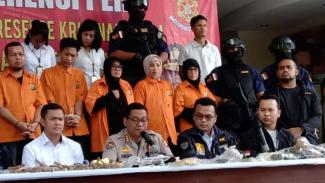 Kepolisian Daerah Metropolitan Jakarta Raya memperlihatkan enam orang tersangka yang berencana menggagalkan pelantikan presiden dan wakil presiden dalam konferensi pers pada Senin, 21 Oktober 2019.