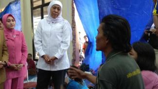 Gubernur Jatim Khofifah menyambangi korban angin puting beliung