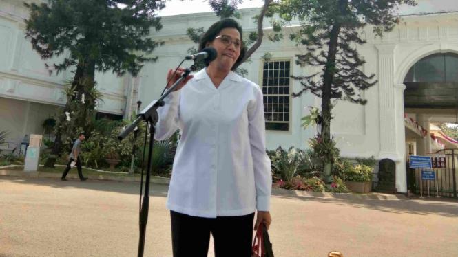 Sri Mulyani memberikan keterangan kepada wartawan di Istana usai ketemu Jokowi