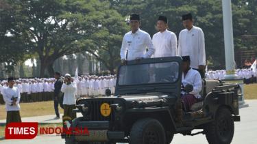 https://thumb.viva.co.id/media/frontend/thumbs3/2019/10/22/5daf0a3e86d0a-apel-hari-santri-nasional-di-bangkalan-gunakan-bahasa-madura_375_211.jpg