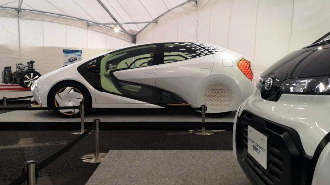 Mobil-mobil masa depan Toyota LQ (kiri) dan Toyota Ultra-compact BEV
