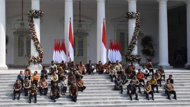 Presiden Joko Widodo didampingi Wapres Ma'ruf Amin memperkenalkan jajaran menteri Kabinet Indonesia Maju di tangga beranda Istana Merdeka, Jakarta, Rabu (23/10/2019).
