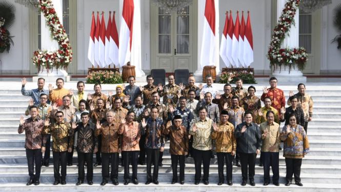 Joko Widodo didampingi Ma'ruf Amin umumkan Kabinet Indonesia Maju