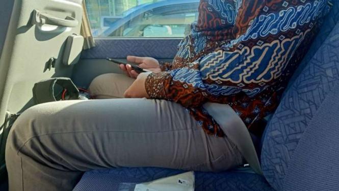 Penumpang bus mengenakan sabuk pengaman