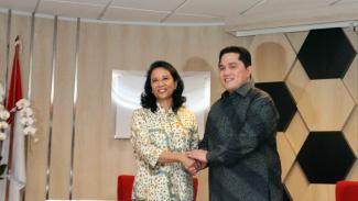 Rini Soemarno dengan Menteri BUMN Erick Thohir.