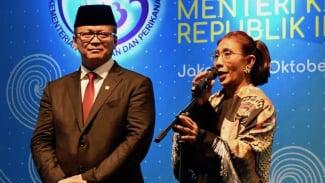 Mantan Menteri Kelautan dan Perikanan Susi Pudjiastuti (kanan) didampingi Menteri Kelautan dan Perikanan Edhy Prabowo, menyampaikan sambutan dalam acara serah terima jabatan (Sertijab) di Kantor Kementerian Kelautan dan Perikanan (KKP) Jakarta.