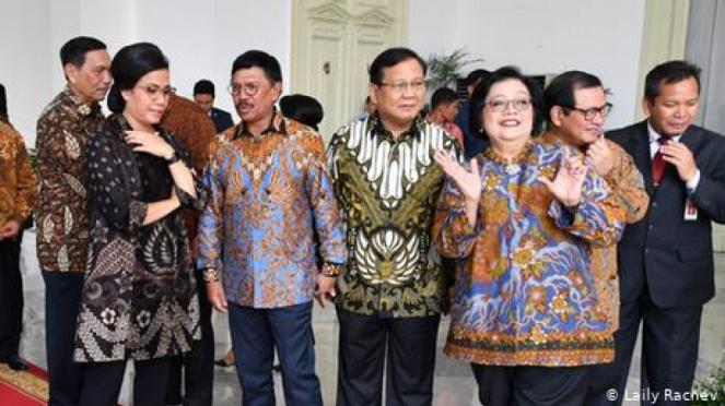 Prabowo Subianto (tengah) dengan sesama menteri Kabinet Indonesia Maju. - Laily Rachev