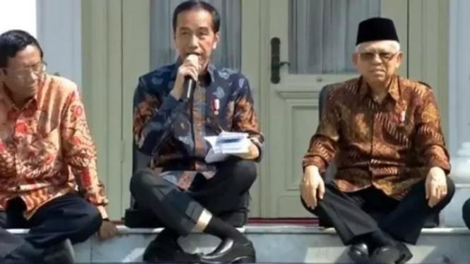 Pose Jokowi saat umumkan Kabinet Indonesia Maju