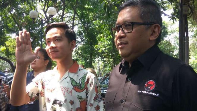 Gibran Rakabuming dan Sekjen PDI Perjuangan, Hasto Kristiyanto.