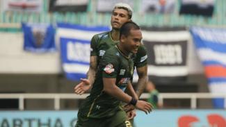 Gelandang Tira Persikabo, Wawan Febrianto membobol gawang Arema FC