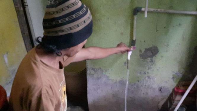 Air diduga mengandung minyak di rumah warga, di Tangerang.