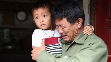 https://thumb.viva.co.id/media/frontend/thumbs3/2019/10/28/5db659fe55d01-jenazah-di-dalam-kontainer-keluarga-di-vietnam-berharap-ada-mukjizat_375_211.jpg