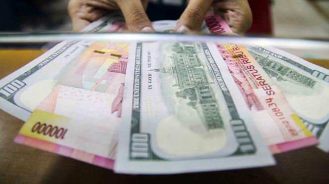 Uang kertas Rupiah dan Dolar AS