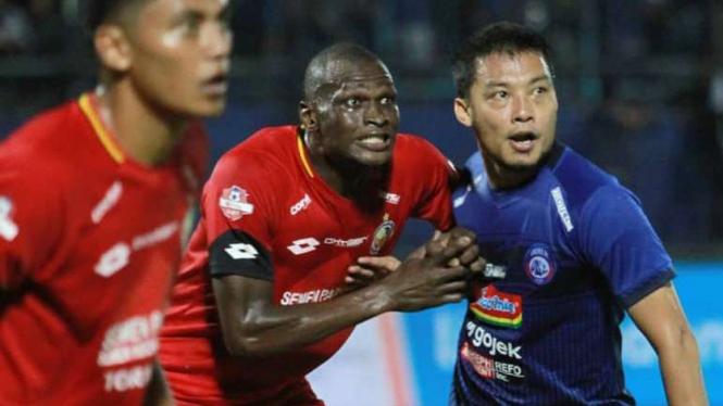 Hamka Hamzah saat Arema FC melawan Semen Padang.